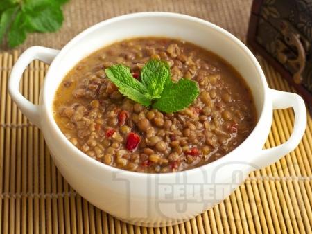 Вкусна яхния от леща с домати, чушка, чесън и чубрица (с брашно) - снимка на рецептата